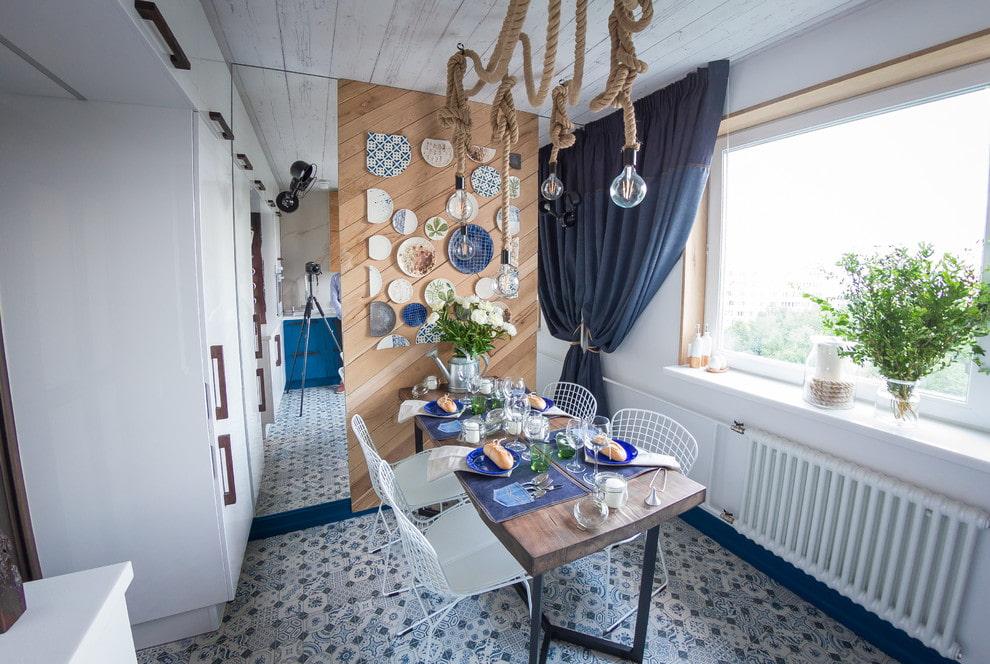 Декор тарелками акцентной стены на кухне