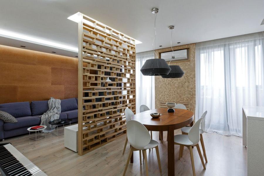 Деревянная перегородка в кухне-гостиной