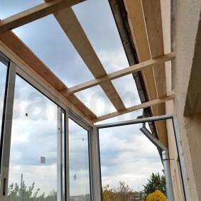 Деревянные бруски на балконной крыше
