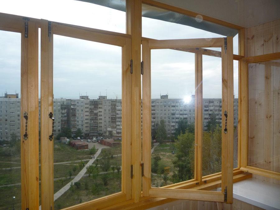Распашные створки деревянных окон на лоджии