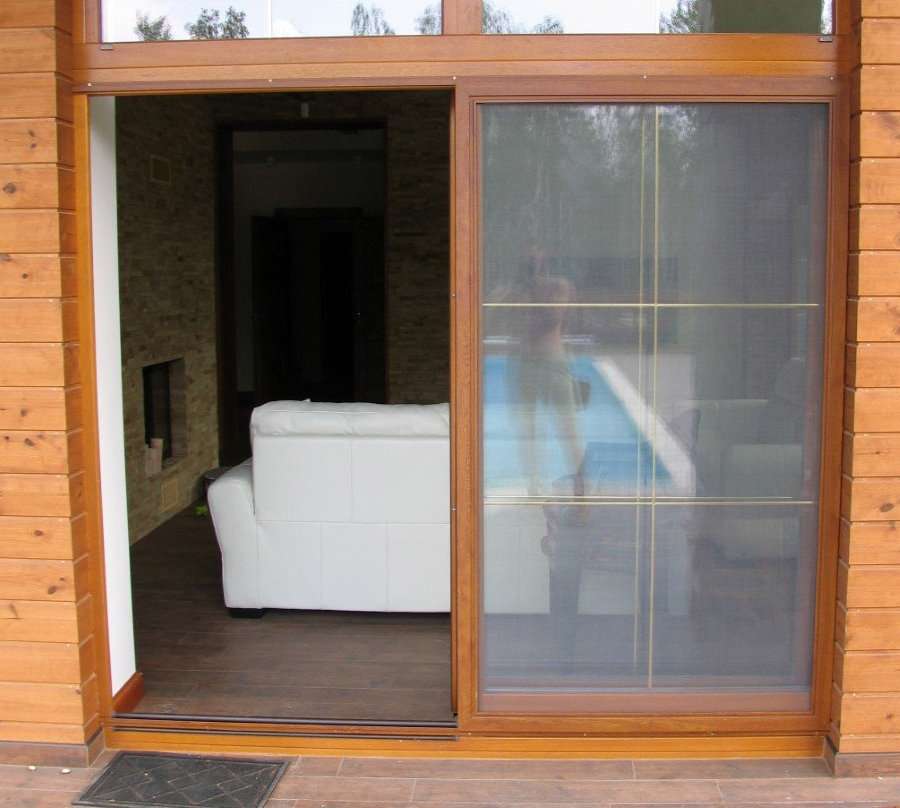 Раздвижная дверь из массива дерева на лоджии