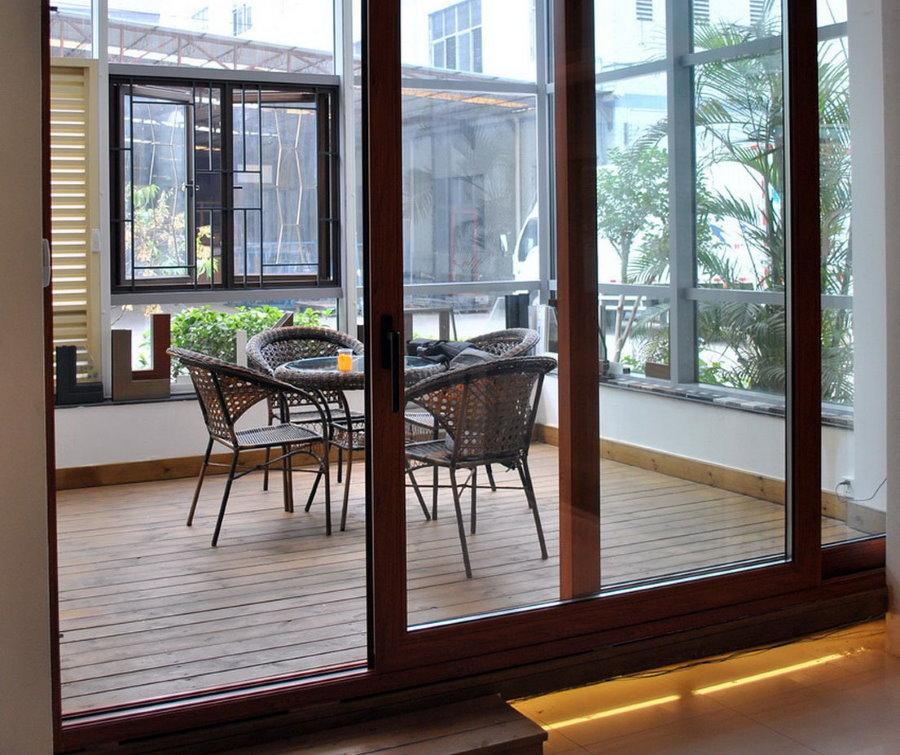 Раздвижные деревянные двери на закрытом балконе