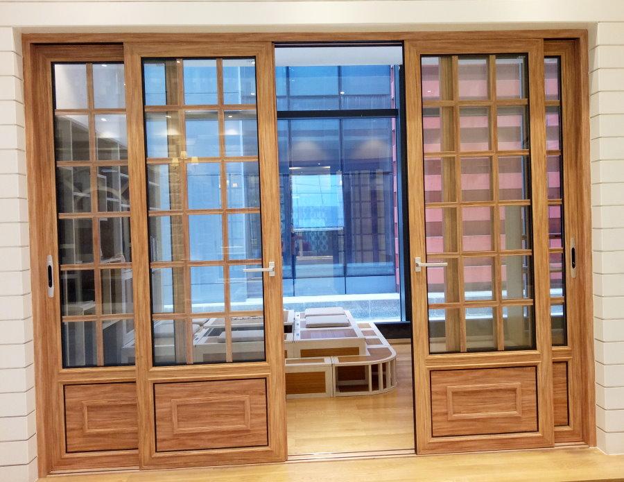 Деревянные двери с остеклением на лоджии