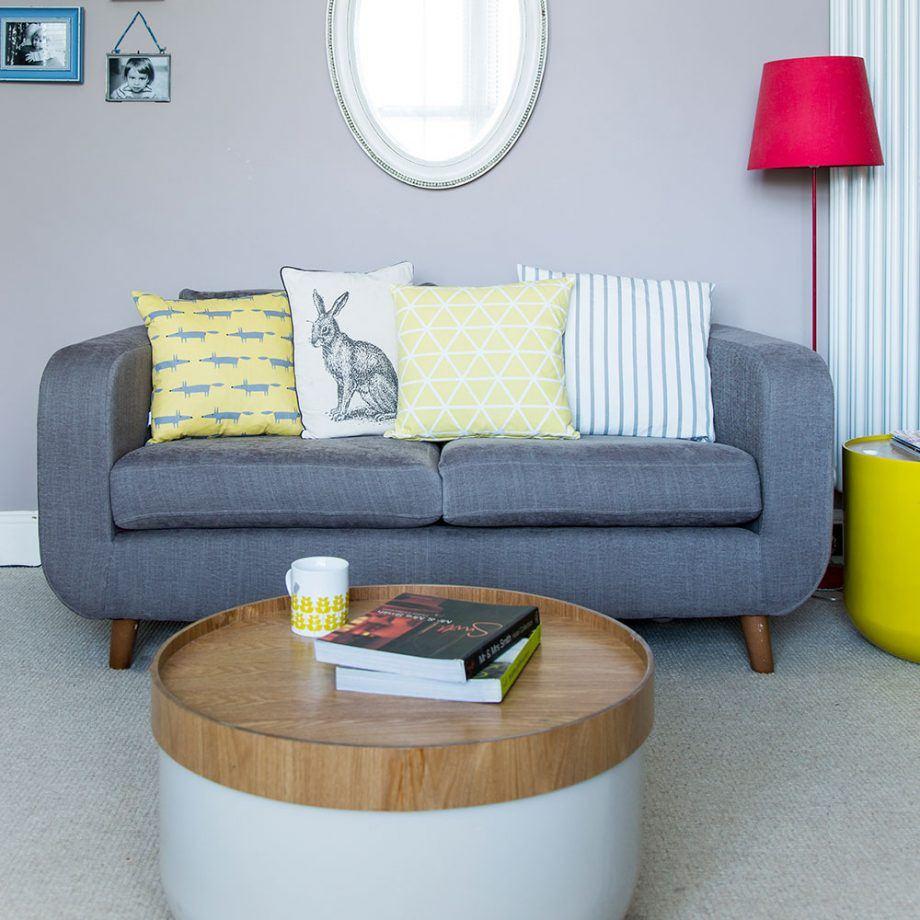 Небольшой диванчик в компактной гостиной