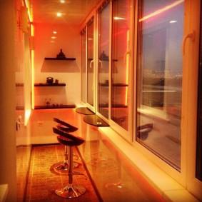 Вечернее освещение пространства на балконе