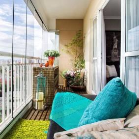 Безрамное остекление на балконе с металлическим парапетом
