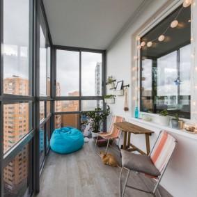 Роскошный балкон с большими окнами