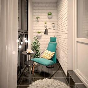 Уютный балкон со светлой отделкой