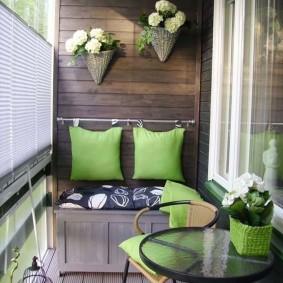 Деревянная обшивка стены на балконе