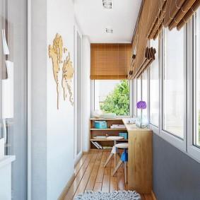 Дизайн балконе с бамбуковыми шторами