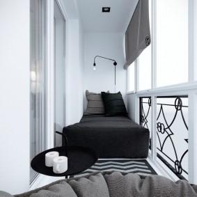 Узкая кровать на балконе квартиры