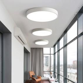 Накладные светильники на потолке балкона