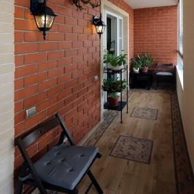 Кирпичная стена на балконе трехкомнатной квартиры