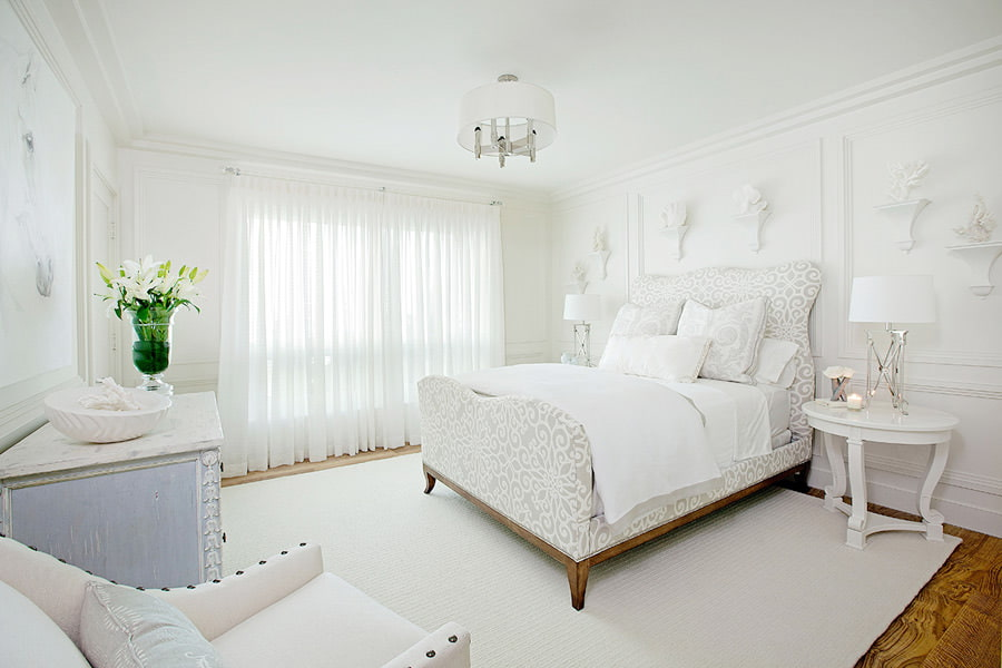 Зеленая ваза на комоде в белой спальне