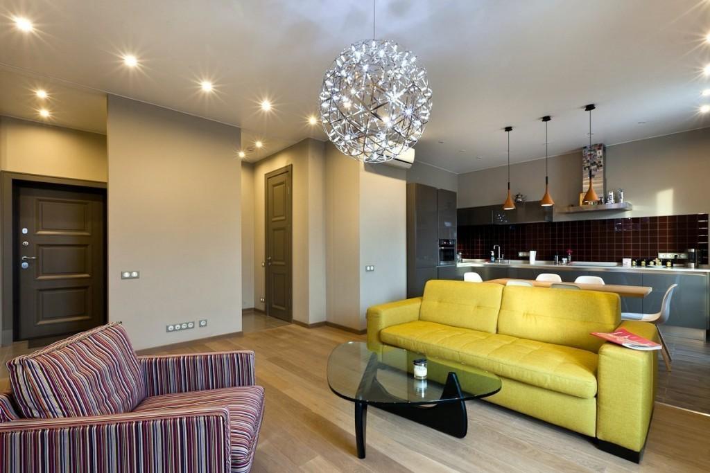 Яркий диван в интерьере современной евродвушки