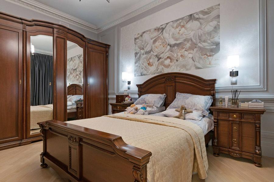 Коричневый шкаф в спальне классического стиля