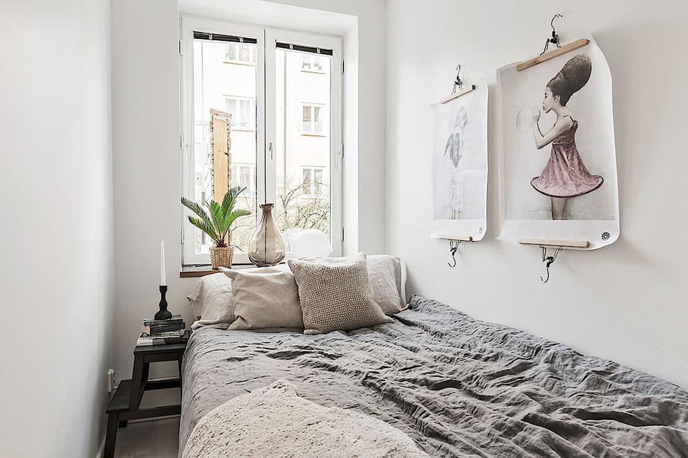 Дизайн узкой спальни с одним окном без штор