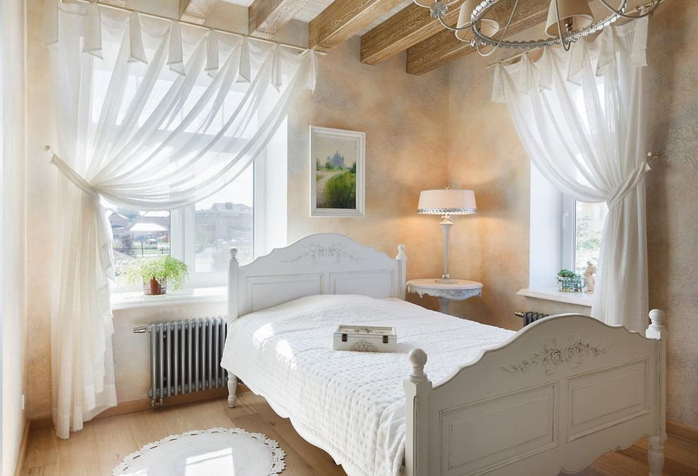 Легкие шторы в угловой спальне с двумя окнами