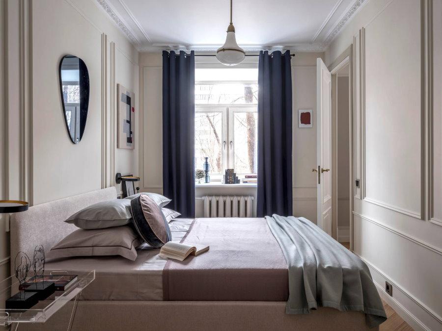 Плотные шторы на окне узкой спальни