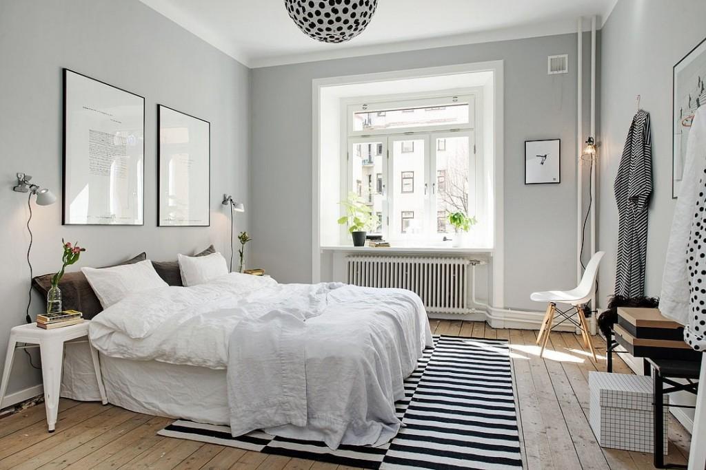 Полосатый коврик в интерьере светлой спальни