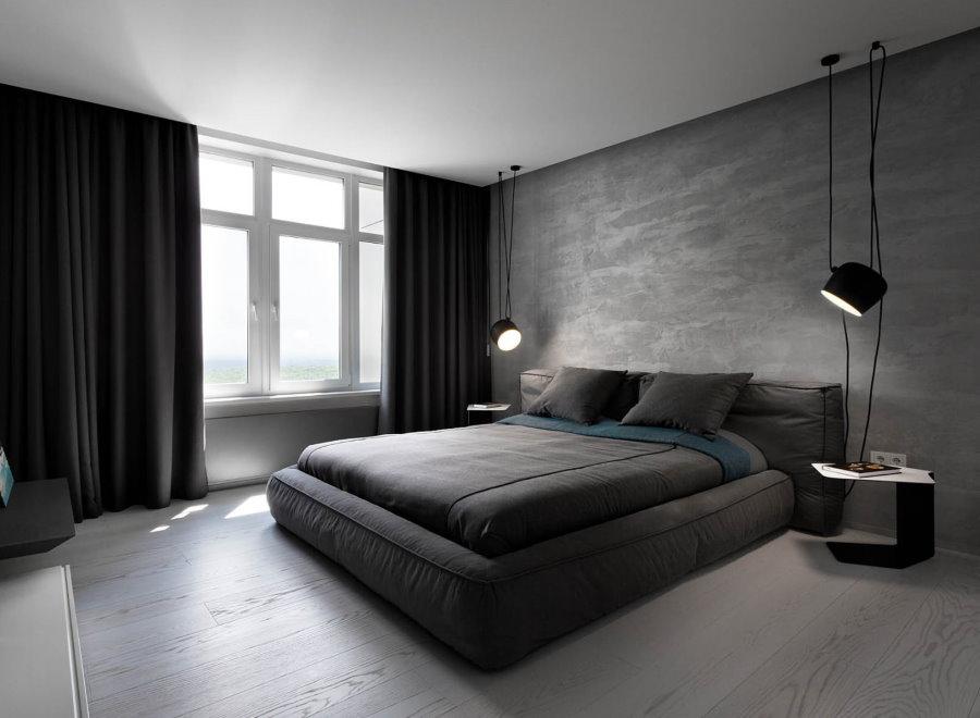Широкая кровать в темной спальне стиля минимализма