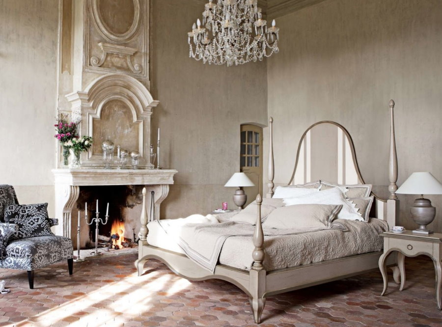 Настоящий камин в спальне винтажного стиля