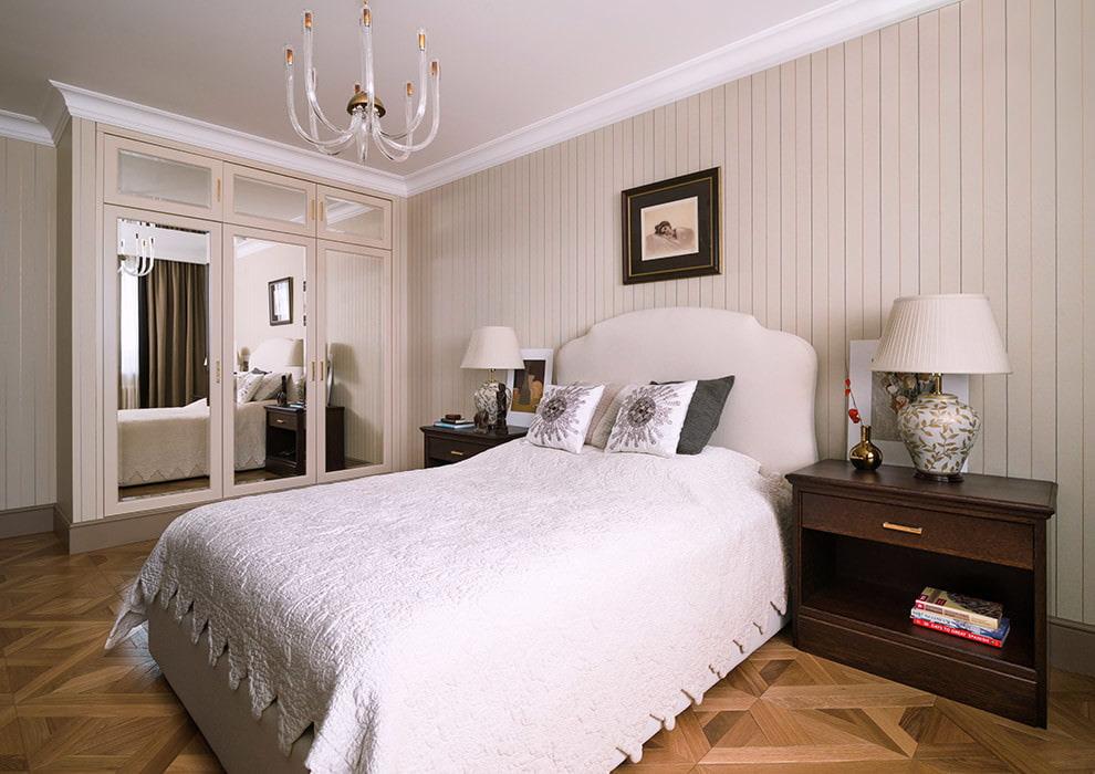 Встроенный зеркальный шкаф в спальной комнате