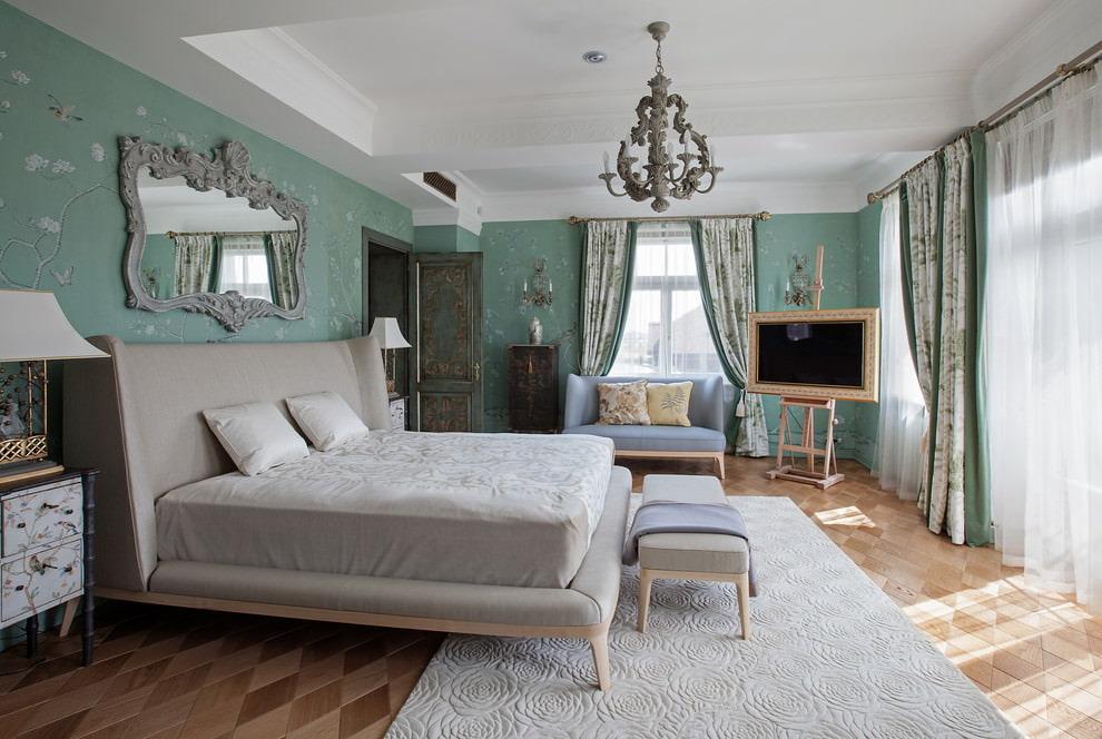 Белый потолок в спальне с зелеными стенами