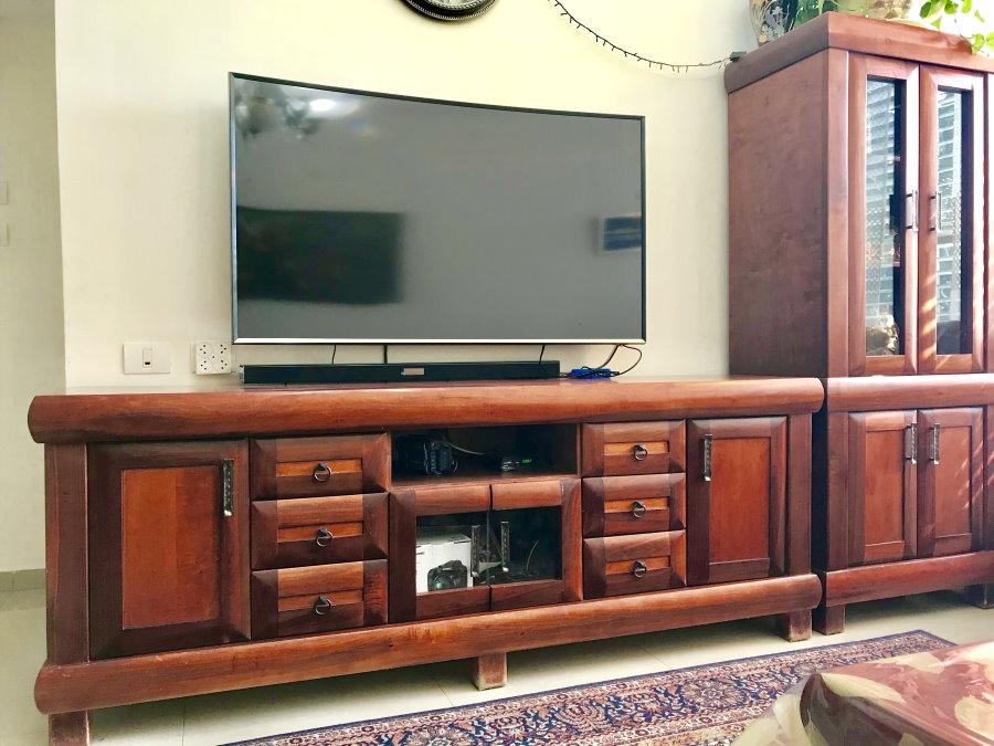 Массивная телевизионная тумба с отделкой шпоном