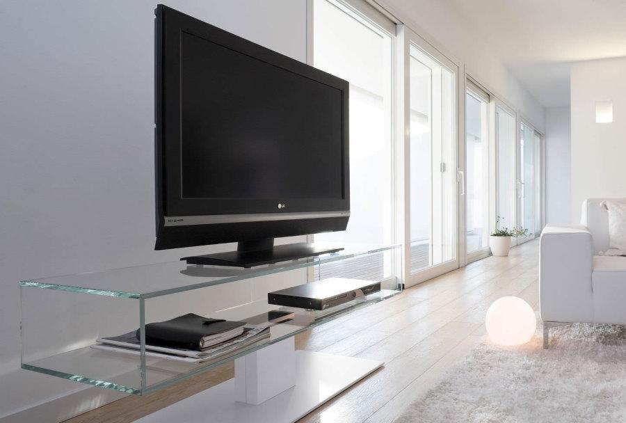 Стеклянная тумба под телевизором в белой гостиной