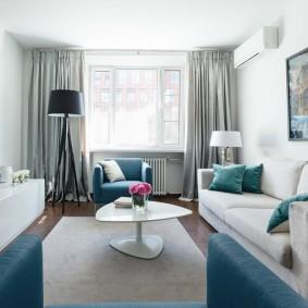 Интерьер гостиной комнаты с длинным прямым диваном