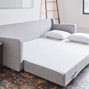 Длинный прямой диван в разложенном состоянии