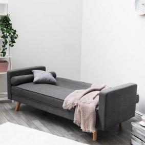 Длинный диван в скандинавском стиле