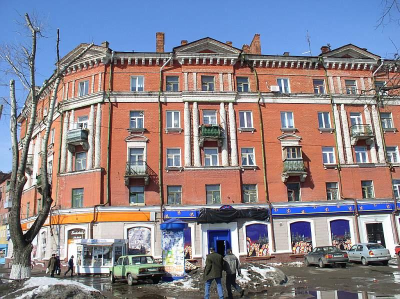 Фасад сталинки довоенной постройки из красного кирпича