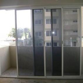 Купейные двери между балконом и жилой комнатой