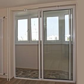 Двери-купе на балконе без отопления