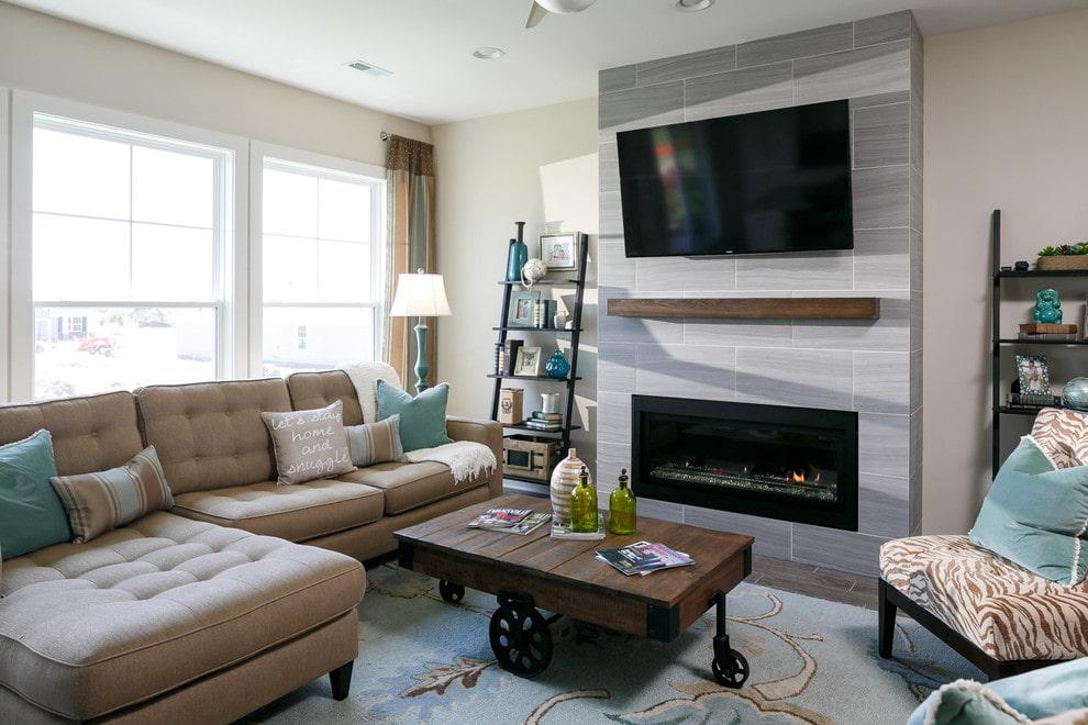 Телевизор в гостиной с электрическим камином