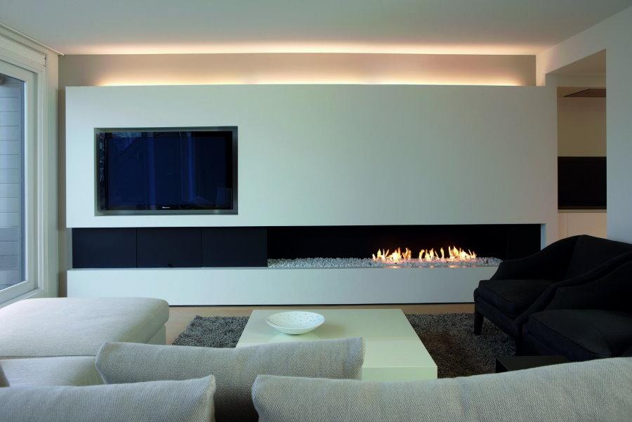 Встроенный камин в гостиной стиля минимализма