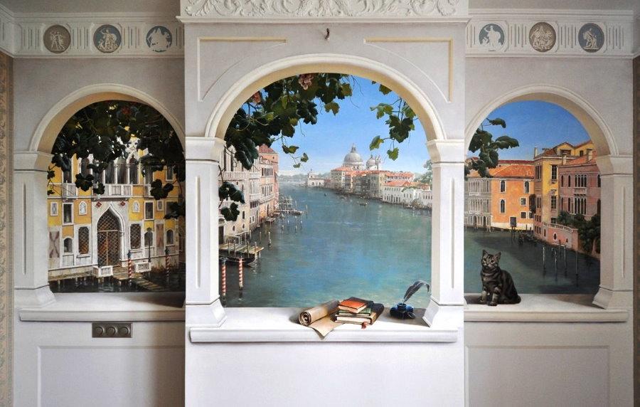Фальш-окна с фотообоями в стене коридора