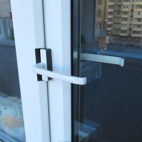 Пластиковая ручка на балконной двери