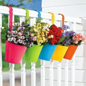 Подвеска цветочных горшков на перилах лоджии