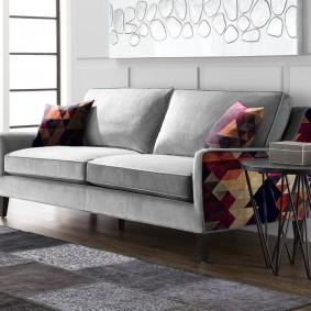 Журнальный столик около раскладного дивана