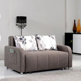 Компактный диванчик со спальным местом в гостиную