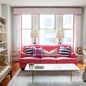 Розовый диван в роли акцента в гостиной