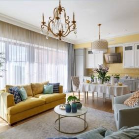 Желтый диван в кухне-гостиной