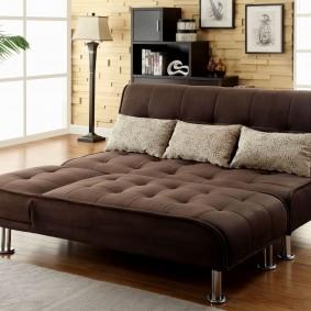 Коричневый диван в разложенном виде