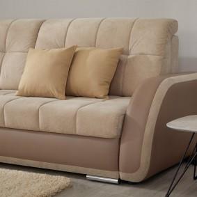 Удобный диван с мягкими подлокотниками
