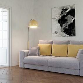 Желтые подушки на раскладном диване