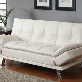Прямой диван белого цвета
