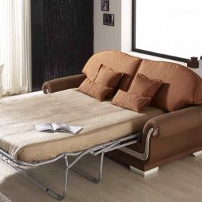 Диван-кровать с обивкой коричневого цвета
